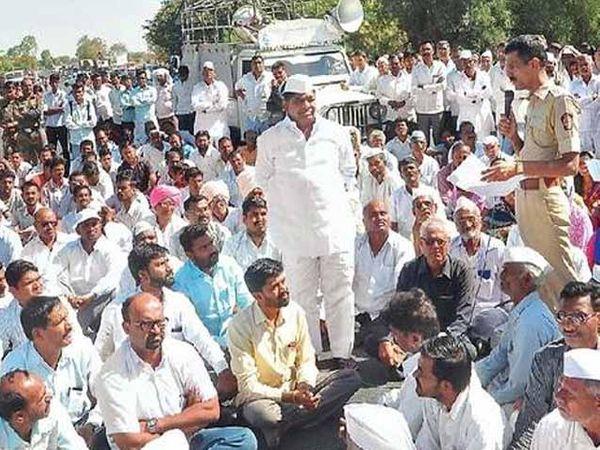 पांढरीपूल येथे सोमवारी सकाळी ग्रामस्थांच्या वतीने रास्ता रोको आंदोलन करण्यात आले. - Divya Marathi
