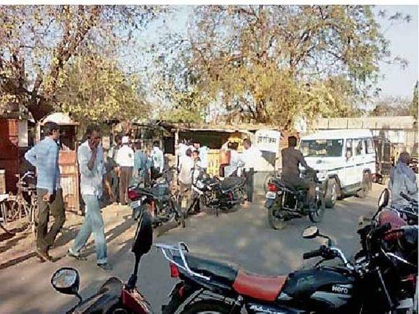 पुसद येथे कारवाई दरम्यान अशी गर्दी झाली होती. - Divya Marathi