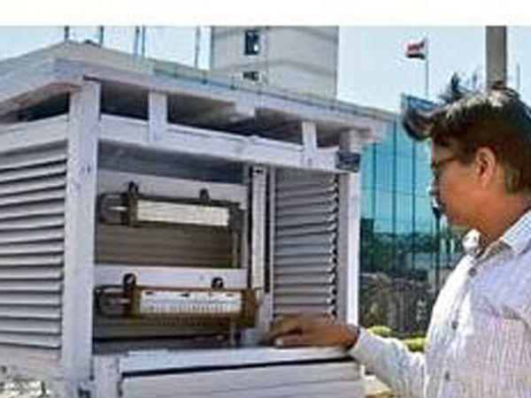 तापमान माेजताना अधिकारी. - Divya Marathi