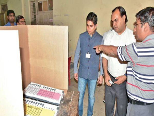 मतदानाच्या पूर्वसंध्येला संवेदनशील मतदान केंद्र व मतदान यंत्रांची पाहणी करताना निवडणूक अायुक्त दीपक कपूर, महापालिका अायुक्त तथा निवडणूक निर्णय अधिकारी अभिषेक कृष्णा. - Divya Marathi