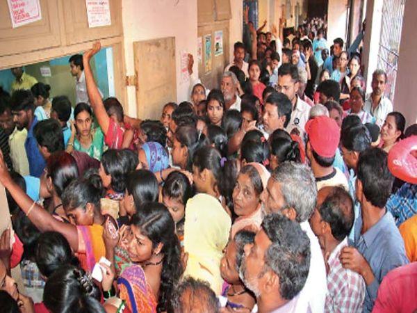 देवळालीगावातील आठवडे बाजार शाळा मतदान केंद्रात सायंकाळी पाचच्या सुमारास अचानक अशी गर्दी झाल्याने गाेंधळ उडाला. - Divya Marathi