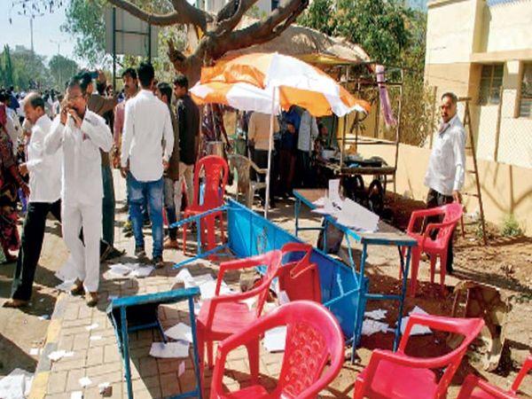 म्हसरुळ येथील काही बूथवर संतप्त झालेल्या नागरिकांनी खुर्च्या ताेडल्या. तसेच रास्ता राेकाेही केला. - Divya Marathi