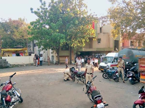 महापालिकेच्या सातपूर विभागीय कार्यालयाशेजारील टाऊन हॉल येथील मतदान केंद्राबाहेर मतदारांच्या लावलेल्या गाड्या पंक्चर करताना पोलिस. तर पोलिस उपनिरीक्षकाने दुचाकींचे प्लगच तोडले... - Divya Marathi
