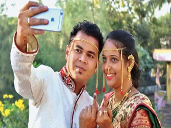 मतदान केल्यानंतर सेल्फी काढताना चैतन्य व कस्तुरी कवरे. - Divya Marathi