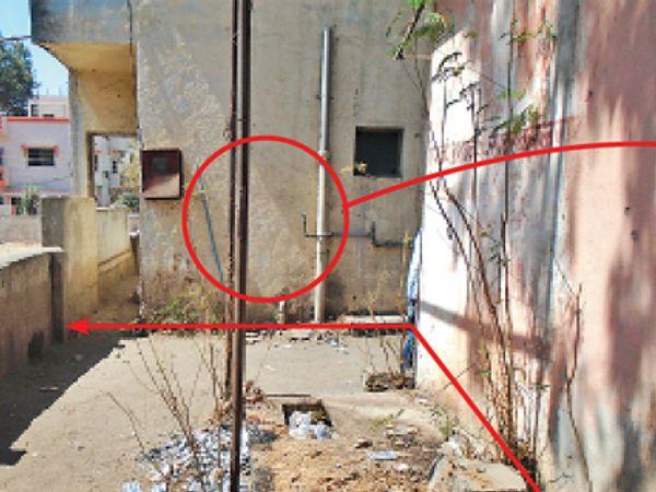 अशी इमारत बांधून (वर्तुळातील) हा रस्ता असा अडवण्यात आला आहे. त्यामुळे संकुलातील सर्वांचीच अडचण होत आहे - Divya Marathi