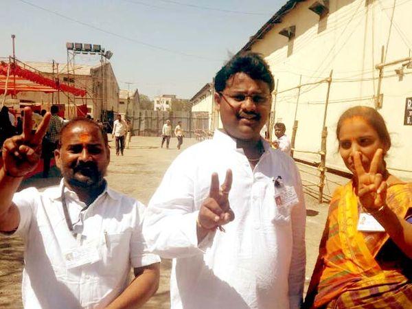 सोलापुरात विजयाचा जल्लोष करताना उमेदवार. - Divya Marathi