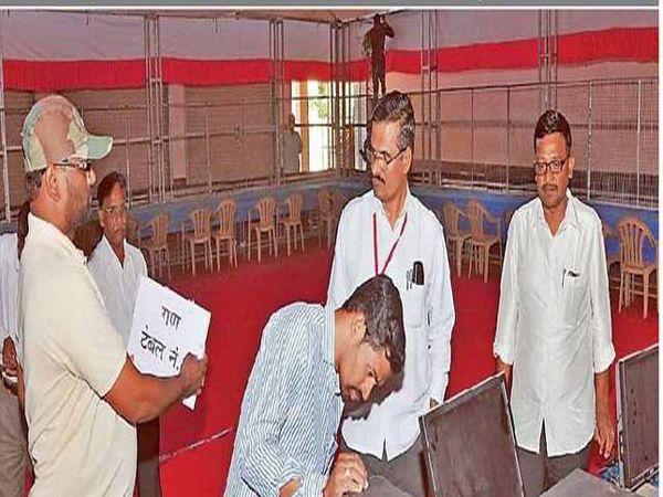 जिल्हा परिषद पंचायत समित्यांच्या निवडणुकीची मतमोजणी गुरूवारी होत आहे. त्यासाठी मतमोजणी केंद्र सज्ज करण्यात आली आहे. तेथील संगणक यंत्रणेची पाहणी वरिष्ठ अधिकाऱ्यांनी बुधवारी केली. - Divya Marathi