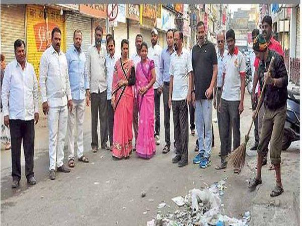 महापौर सुरेखा कदम यांनी बुधवारी सकाळी अधिकारी पदाधिकाऱ्यांसह शहरातील विविध भागांत साचलेल्या कचऱ्याची पाहणी केली. - Divya Marathi