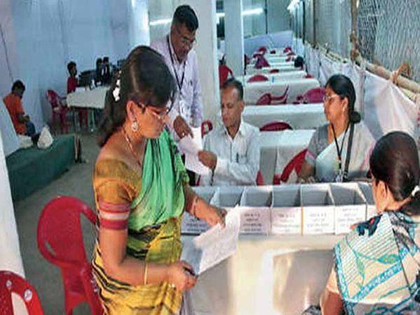 रामवाडी गोदामात मतमोजणीची तयारी करताना कर्मचारी. - Divya Marathi