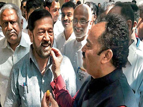 पालकमंत्री गिरीष बापट यांना पेढा भरवून भाजपच्या विजयाचा आनंद व्यक्त करताना भाजपचे राज्यसभा सदस्य संजय काकडे. - Divya Marathi