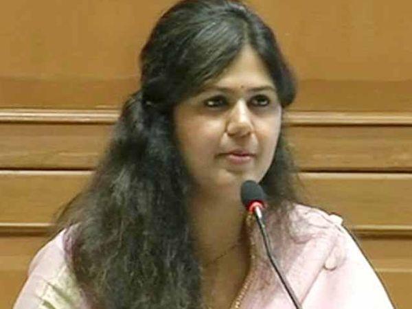 परळीमधील पराभव जिव्हारी लागल्याने पंकजा मुंडे यांनी राजीनाम्याची घोषणा केली. - Divya Marathi