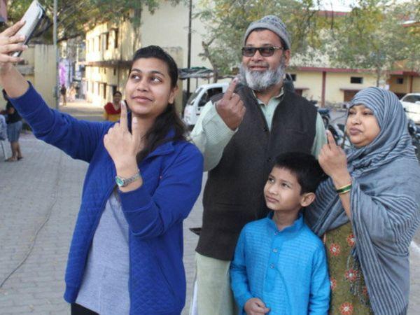 झांसीमध्ये एका कुटुंबाने मतदानानंतर सेल्फी घेतला. - Divya Marathi