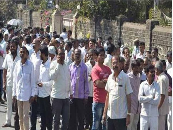 मतमोजणीदरम्यान यावल रोडवर अशी गर्दी झाली होती. - Divya Marathi