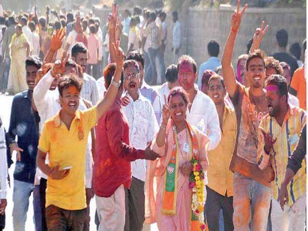 महापौर प्रा. सुशीला आबुटे यांचा पराभव करून विजयी झालेल्या भाजपच्या संगीता जाधव आणि कार्यकर्ते जल्लोष करताना. - Divya Marathi