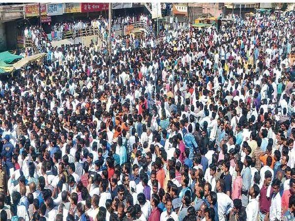 सायंकाळपर्यंत लोक थांबून होते. - Divya Marathi