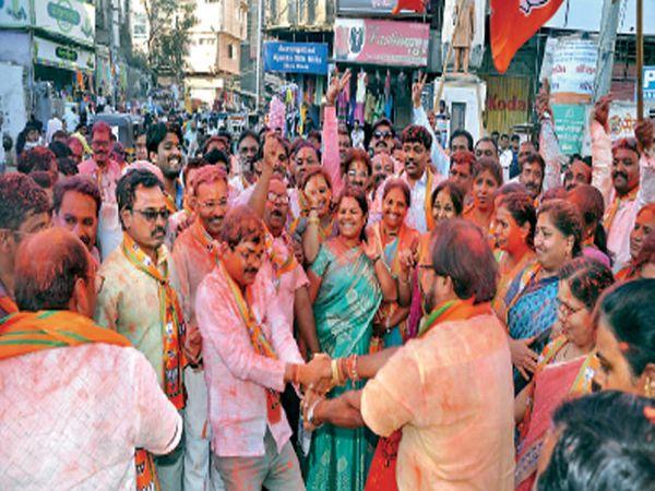 जि. प. तील यशानंतर गुलमंडीवर विजयोत्सव साजरा झाला. तेव्हा भाजप शहराध्यक्ष किशनचंद तनवाणी यांनी अनिल चोरडियांसोबत फुगडीचा फेर धरला. छाया: मनोज पराती - Divya Marathi