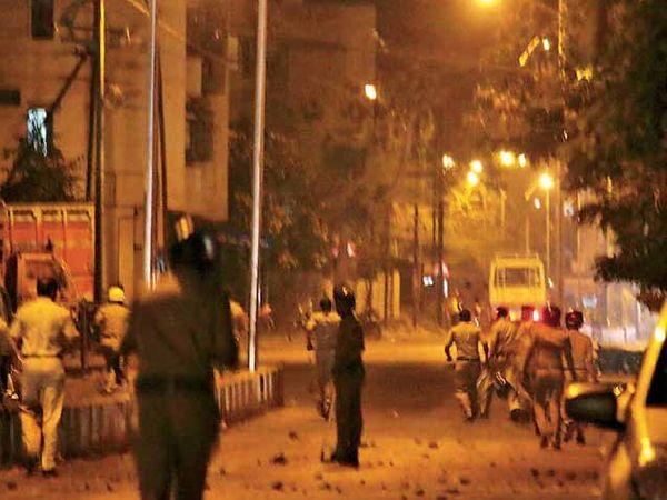 प्रभाग 3 मध्ये गुरुवारी मतमाेजणीदरम्यान झालेल्या दगडफेकीनंतर परिस्थिती नियंंत्रणात आणताना पोलिस. - Divya Marathi