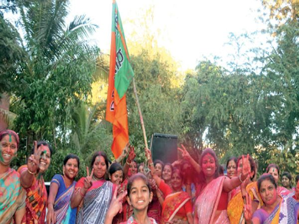 महापालिका निवडणुकीत भाजपने स्पष्ट बहुमत मिळविल्याने नाशिकराेड येथे महिला कार्यकर्त्यांनी असा जल्लाेष केला. - Divya Marathi