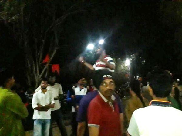 सावित्रीबाई फुले पुणे विद्यापीठात शुक्रवारी रात्री विरोध प्रदर्शन करताना एबीव्हीपी विद्यार्थी - Divya Marathi