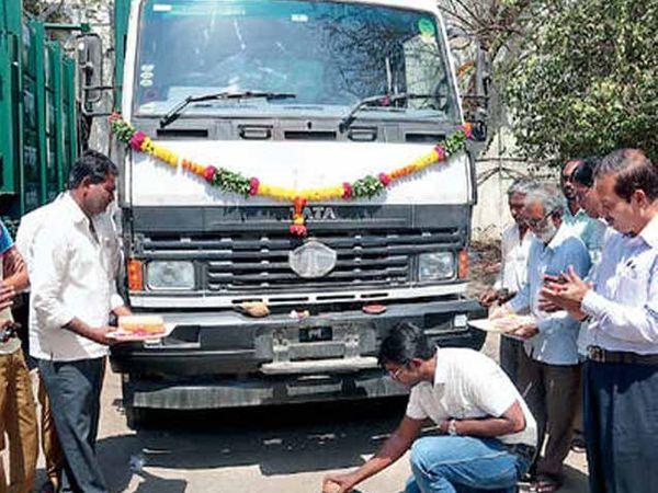 एकीकडे बंद गाड्या पडून आहेत. दुसरीकडे नव्या कचरा गाड्यांचे नारळ फोडून स्वागत करण्यात येत आहे. - Divya Marathi