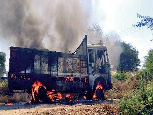 विद्यार्थ्याला चिरडणारा टँकर संतप्त नागरिकांनी पेटवून दिला. - Divya Marathi