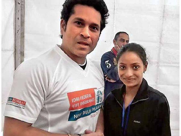 दिल्ली मॅरेथॉन जिंकलेल्या मोनिकाचे कौतुक करताना सचिन तेंडुलकर. - Divya Marathi