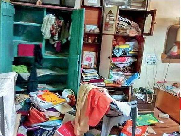 घरातील कपाटांमधील अस्ताव्यस्त फेकलेले साहित्य. - Divya Marathi