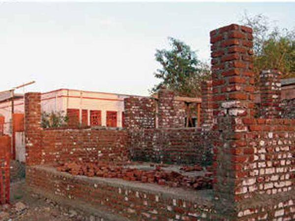 रेल्वे प्रशासनाने मालधक्क्याच्या मागील जागेत चालू तिकीट विक्रीसाठी कक्ष बांधण्याचे काम सुरू केले आहे. - Divya Marathi