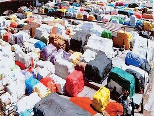 दर्यापूर येथील शासकीय खरेदी केंद्रावर अशी प्रकारे मोठ्या प्रमाणात तूर मोजमापाच्या प्रतीक्षेत आहे. - Divya Marathi