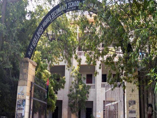 शाळेचे प्रवेशद्वार. - Divya Marathi