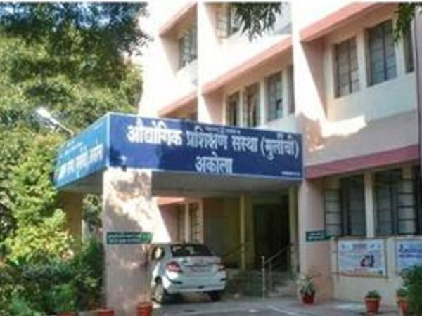 अकोला येथील मुलींची औद्योगिक प्रशिक्षण संस्था. - Divya Marathi