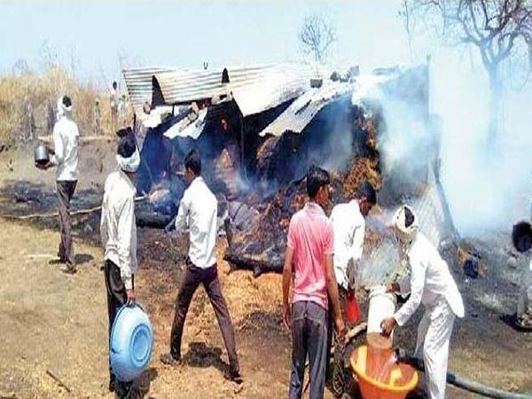 आगीवर नियंत्रण आणण्याचा प्रयत्न करताना पिंप्राळा ग्रामस्थ. - Divya Marathi
