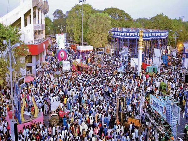 डॉ. आंबेडकर जयंती उत्सव सांगता मिरवणुकीत अभिवादनासाठी जमलेला 'निळा सागर'. - Divya Marathi