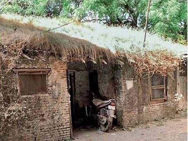 जुन्या वसंत टॉकीज परिसरात असलेले रेव्हरंड ना. वा. टिळक लक्ष्मीबाई टिळकांचे वास्तव्य असलेले कौलारू घर. - Divya Marathi