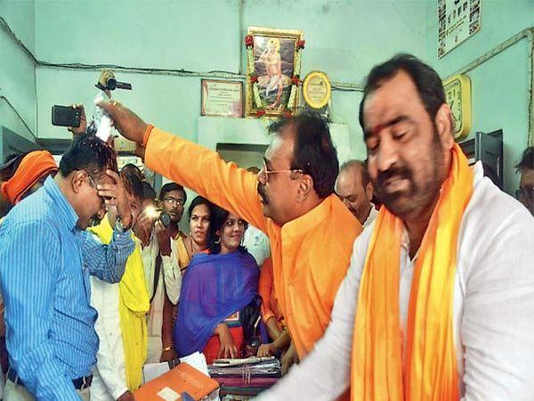 अकोल्यात अधिकाऱ्याच्या  अंगावर तुरी फेकून अपहरण - Divya Marathi
