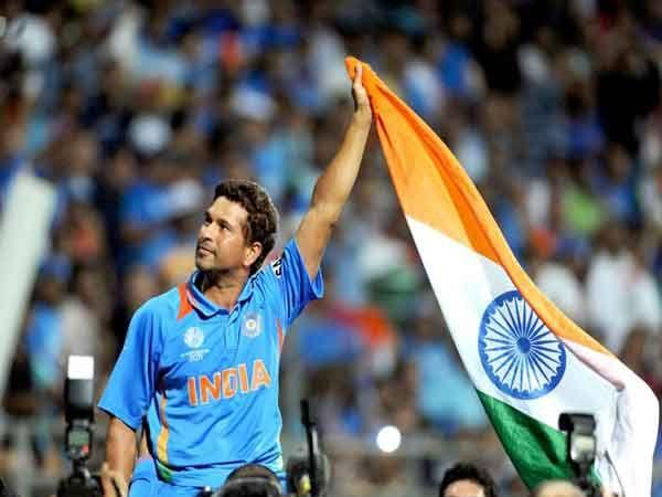 भारताने २०११ साली मुंबईत विश्वचषक जिंकला तो क्षण आयुष्यतील सर्वोच्च क्षण असल्याचे सचिन मानतो. - Divya Marathi
