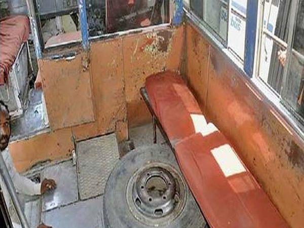 ट्रॅव्हलचे तुटलेले पत्रे आणि बाकाखालीच ठेवलेले अतिरिक्त टायर. - Divya Marathi