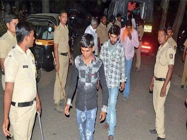 वैतागवाडीत झालेल्या कारवाईत अटक करण्यात आलेले संशयित. - Divya Marathi