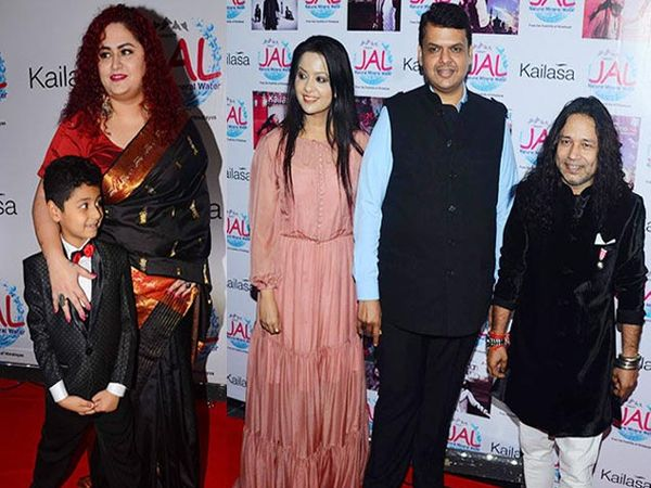 पत्नी शितल खेर, मुलगा कबीर खेर, दुसऱ्या फोटोत मुख्यमंत्री देवेंद्र फडणवीस, अमृता फडणवीस यांच्यासोबत कैलाश खेर - Divya Marathi