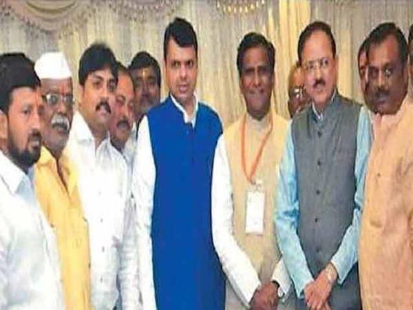 मुख्यमंत्र्यांसह नगरसेवक सोनल शिंदे, भिकन वराडे यांच्यासह मंत्री डॉ. भामरे. - Divya Marathi
