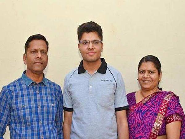 कल्पित वीरवल आई-वडीलांसोबत. - Divya Marathi