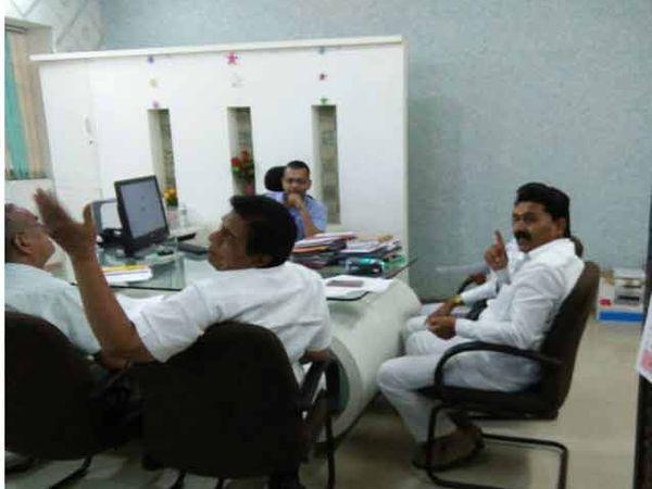 शिक्षण आयुक्त धीरज कुमार यांच्या सोबत शिक्षकांच्या विविध प्रश्नावर चर्चा करताना आमदार दत्त्तात्रय सावंत, आमदार डॉ.सुधीर तांबे, आमदार विक्रम काळे - Divya Marathi