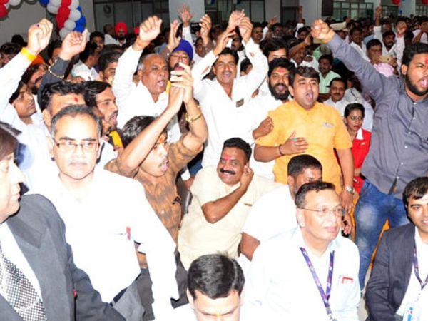 नांदेड-हैदराबाद विमानसेवा प्रारंभ प्रसंगी भाजप कार्यकर्त्यांनी मोदी-मोदीच्या घोषणा दिल्या. - Divya Marathi