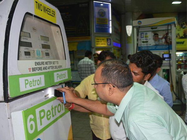 एसटीएफने चौक-केजीएमयू येथील पेट्रोल पंपावर छापा टाकून अनेक मशीन सील केल्या. - Divya Marathi