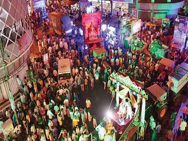 शुक्रवारी सायंकाळी बाळीवेस मल्लिकार्जुन मंदिर येथून मंडळांच्या जयंती मिरवणुका निघाल्या. - Divya Marathi