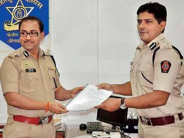 नवे आयुक्त यशस्वी यादव यांना पदाची सूत्रे देताना अमितेशकुमार. - Divya Marathi