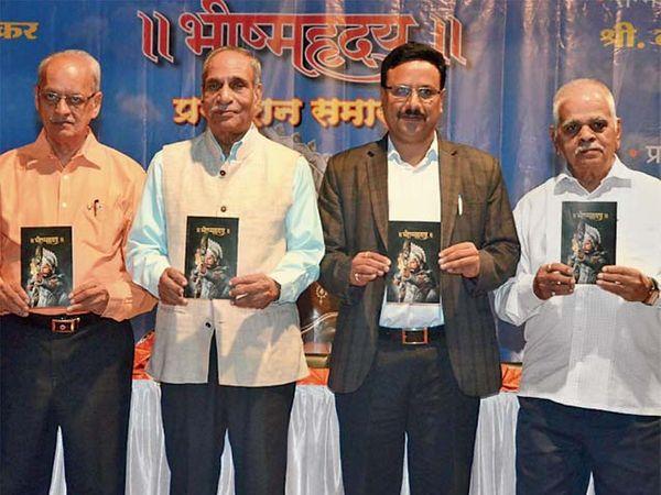 औरंगाबाद येथील ज्येष्ठ संशोधक, अभ्यासक व लेखक डॉ. रामचंद्र मोरवंचीकर लिखित 'भीष्महृदय' या ग्रंंथाचे प्रकाशन मंगळवारी  पुण्यात झाले.  या वेळी डॉ. चंद्रहास शेट्टी, दिनकर शिलेदार, डॉ. देगलूरकर, मिलिंद जोशी आणि वा. ल. मंजूळ. - Divya Marathi