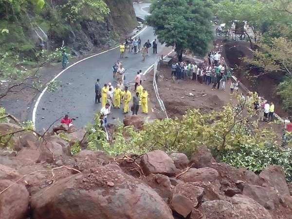 माळशेज घाट दरडी कोसळण्याची भीती असल्याने बंद करण्यात आला आहे. (संग्रहित फोटो) - Divya Marathi