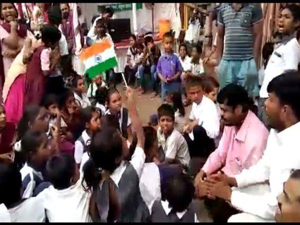 बारामती नगरपरिषदेसमोर आंदोलन करणारे विद्यार्थी. - Divya Marathi