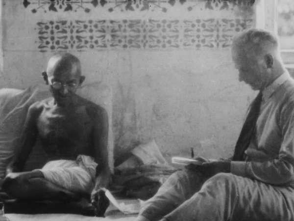 गुजरातमधील आनंद येथे अमेरिकेच्या पत्रकारास मुलाखत देताना गांधीजी. - Divya Marathi